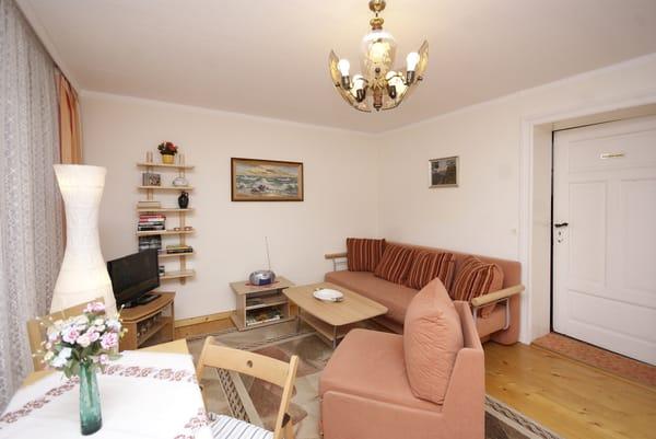 Wohnzimmer mit Essplatz, Flat-TV & Couch