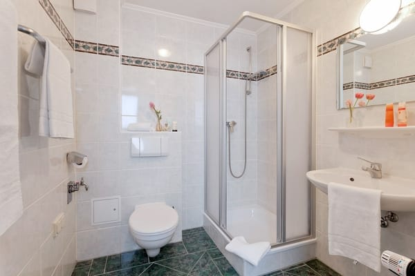 Das Badezimmer verfügt über WC, Dusche und einem Haarfön. Mit Ihrer persönlichen Kurkarte können Sie die Busse der Usedomer Bäderbahn auf der Insel Usedom kostenfrei nutzen.