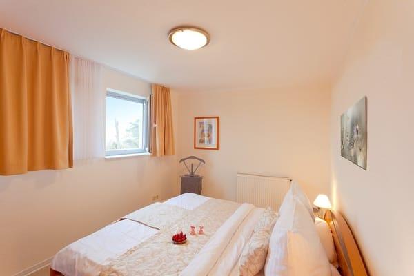 Gern können Sie unseren Service nutzen und ein Wäschepaket (1x Bettwäsche, 1x Duschtuch, 1x normales Handtuch) für 12,50 € pro Person hinzubuchen. In diesem Fall sind die Betten bereits bezogen.