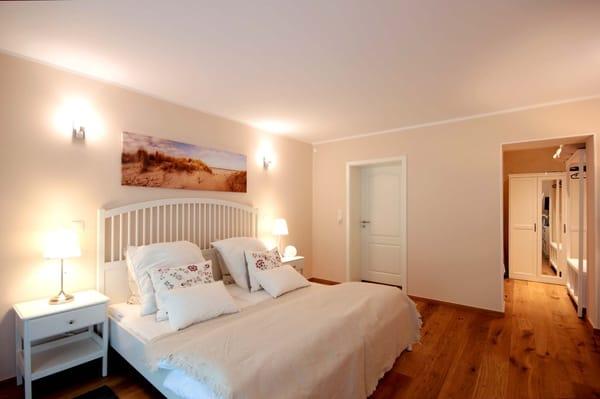 Schlafzimmer mit angrenzender Ankleide