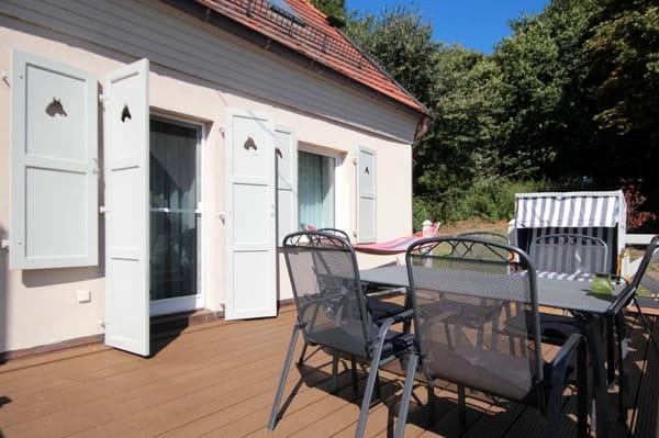 große Terrasse, vom Wohnbereich begehbar, mit Sitzbereich und eigenem Strandkorb