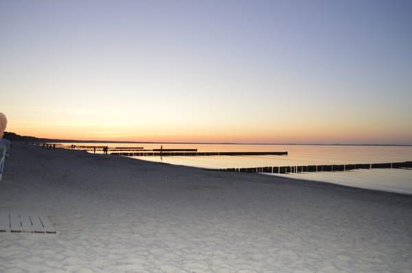 Sonnenuntergang am langen Sandstrand von Glowe