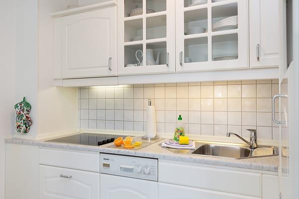 Die Küchenzeile ist ausgetattet mit Cerankochfeld, Geschirrspüler, Mikrowelle, Toaster, Kaffee- und Wasserkocher sowie Kühlschrank mit Eisfach.