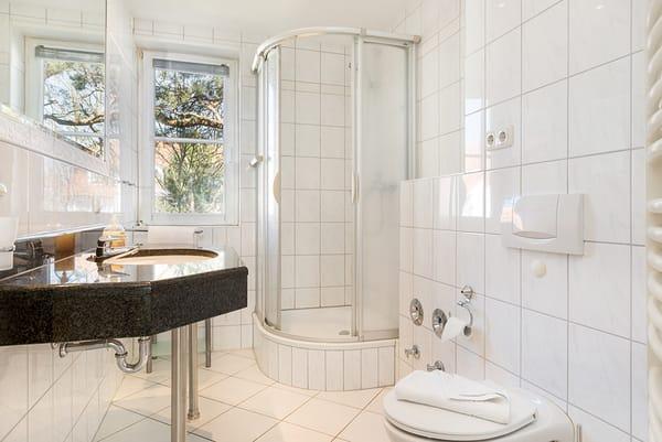 Das Bad bietet Ihnen Dusche, WC, Fön und Handtuchtrockner.