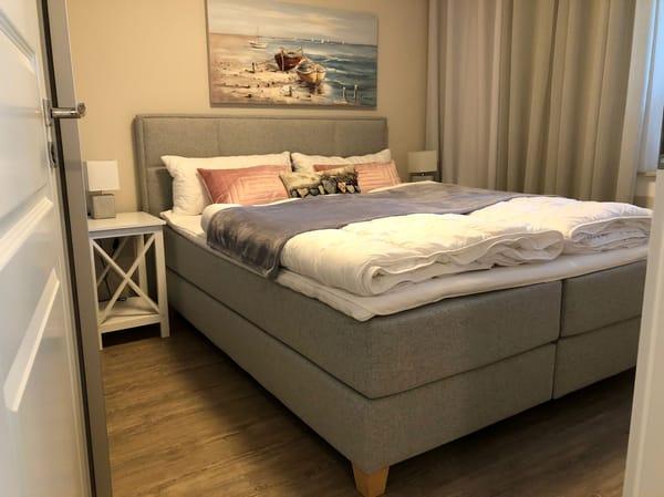 Das Schlafzimmer bietet, neben einem exklusiven Boxspringbett (H3) mit bequemen Einstieg (65 cm Höhe), höchsten Schlafkomfort.