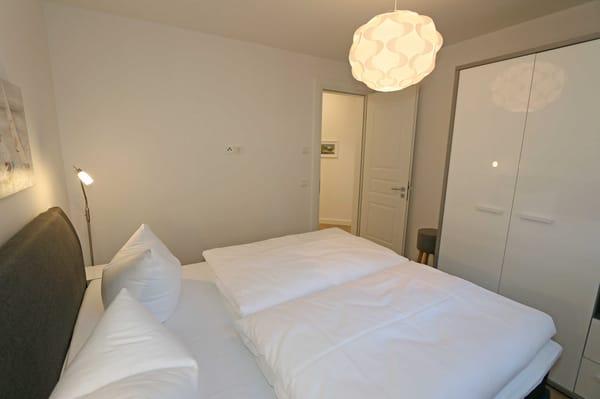 1. Schlafzimmer mit bequemen Boxspringbett (1,80 m x 2,00 m)