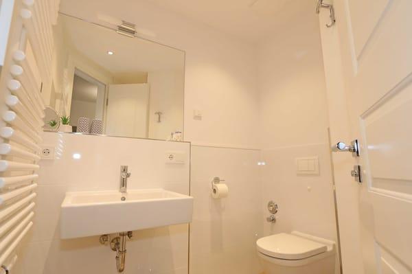 Duschbad, mit Waschtisch, Föhn und WC