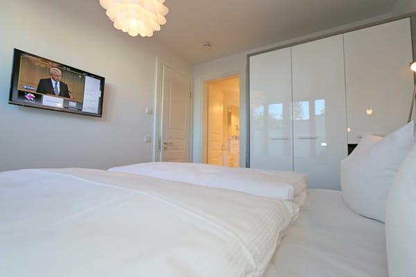 2. Schlafzimmer mit bequemen Boxspringbett (1,80 m x 2,00 m)