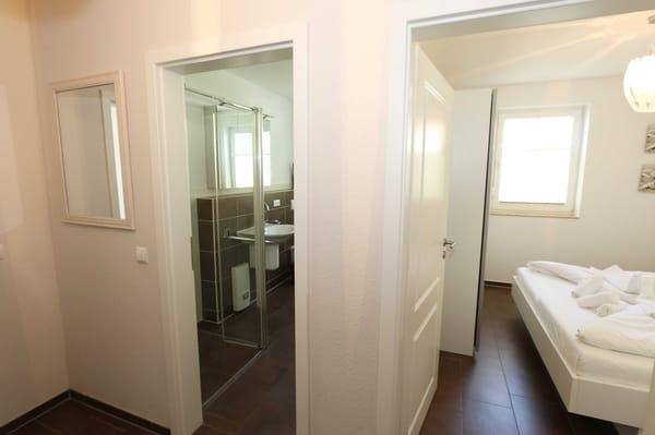 Blick ins Badezimmer und Schlafzimmer