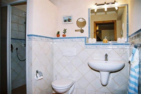 Bad mit Dusche u. Fußbodenheizung