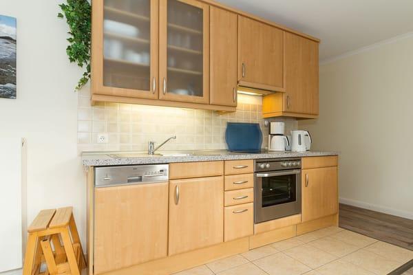 Küchenzeile mit Geschirrspüler, Backofen, 4- Platten-Ceranfeld für die Eigenversorgung