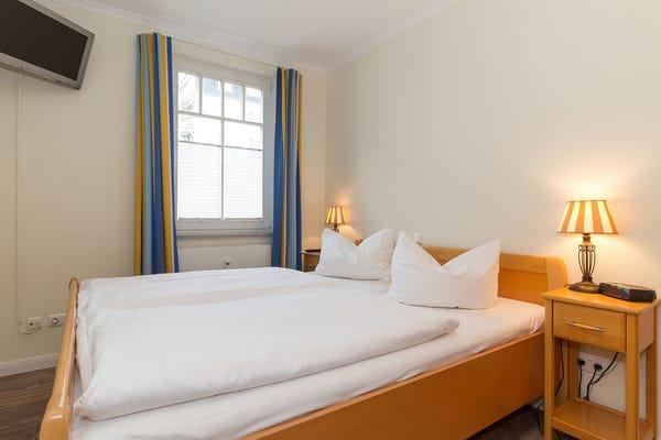 Schlafzimmer 1 mit Doppelbett 160x200, Schrank und 2.Fernseher