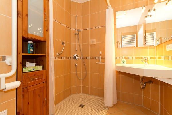 Bad mit befahrbarer Dusche
