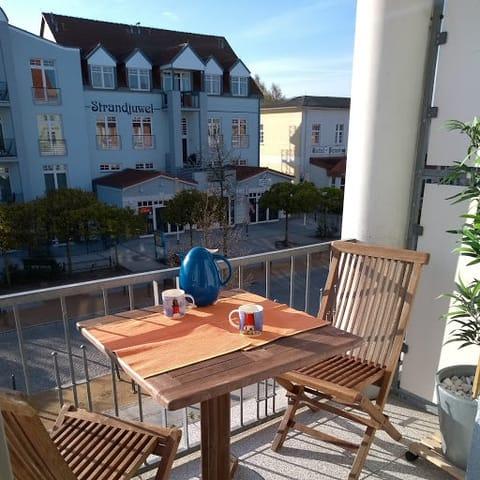 Vom Balkon haben Sie das bunte Treiben auf der Strandstraße im Blick