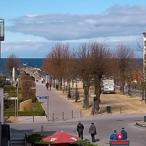 Ausblick vom Balkon zur Seebrücke