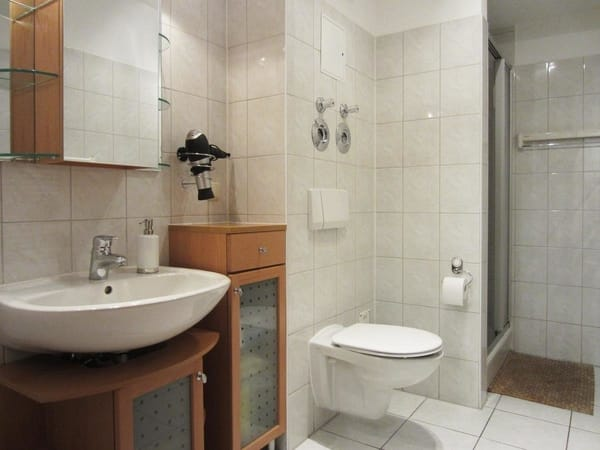 Bad mit Dusche, WC und Badmöbeln