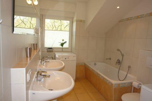 Bad mit Dusche, Doppelwaschbecken, Wanne