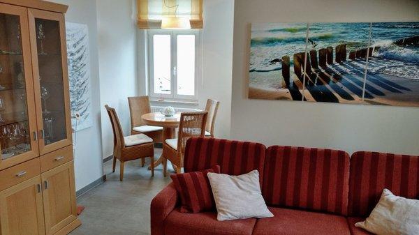 Wohnraum mit Essecke in der denkmalgeschützten Villa Seeadler