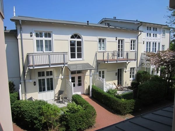 Rückwärtige Hausansicht, schöner begrünter Innenhof, Blick auf die Terrasse