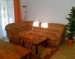 Wohnbereich mit Dopelbettsofa, Kissen und Decken im Bettkasten