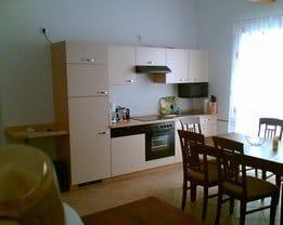 Küchenzeile mit Herd, Ofen, Microwelle, Kühl- und Gefrierschrank