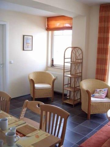 Das Wohnzimmer von der Küche aus