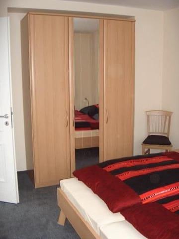 Das Schlafzimmer. Bei offener Tür ist vom rechten Bett aus das Meer zu sehen.  :-)