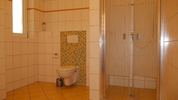 Badezimmer mit ebenerdiger Dusche und viel Platz