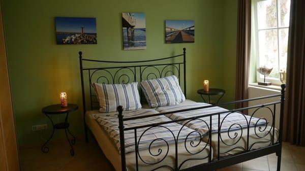 Großes Schlafzimmer mit geräumigem Kleiderschrank