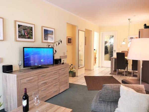 Wohnbereich mit modernem TV, Musikanlage und WLAN
