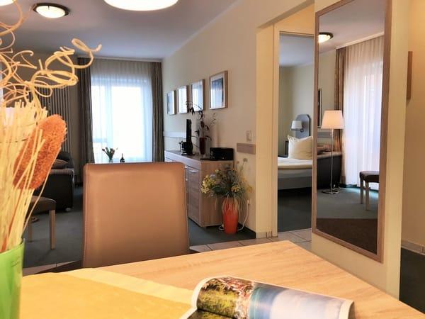 Wohn- und Essbereich mit Blick ins Schlafzimmer
