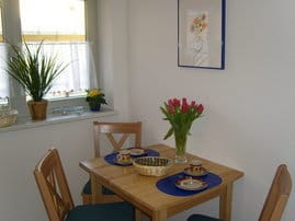 Die Sitzecke der separaten und bestens ausgestatteten Küche (mit Geschirrspüler)