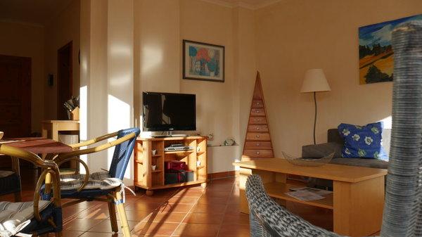 Lichtdurchfluteter Wohnbereich und LED TV