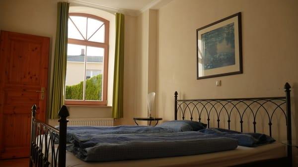 Geräumiges Schlafzimmer mit blickdichten Vorhängen