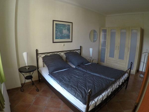 Schlafzimmer und goßer Kleiderschrank