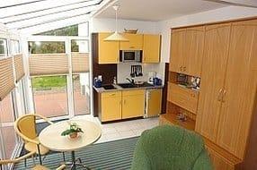 Küchenzeile mit Kühlschrank (kl. Eisfach) Cerankochfeld, Mikrowelle, Wasserkocher, Toaster und Geschirr