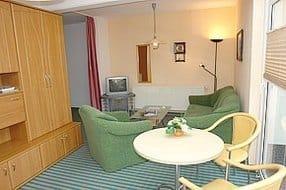 Wohnbereich mit Flachbildfehnseher in HD und kl. Wintergarten