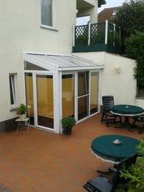 Geräumige Terrasse mit großem Tisch, Stühle und einem Wäschetrockenständer. Grillmöglichkeit nach Absprache mit dem Vermieter.