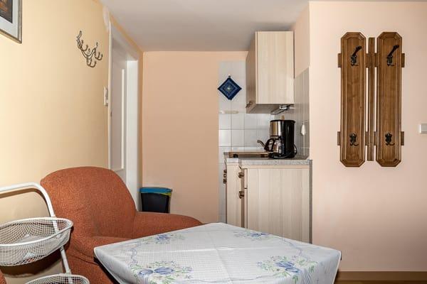 Blick von Sitzbereich zur Küche