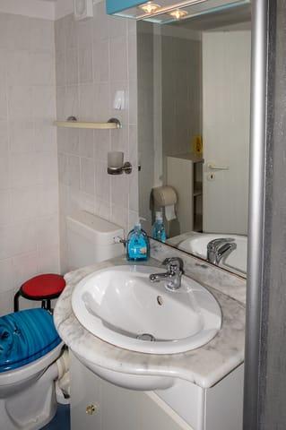 Bad- Dusche Waschbecken u. Dusch