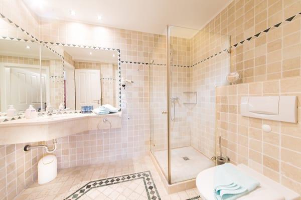 Badezimmer Antikmarmor mit Dusche