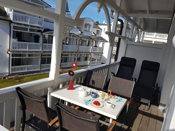 Balkon mit Essplatz für 4 Personen und zwei Sonnenliegen
