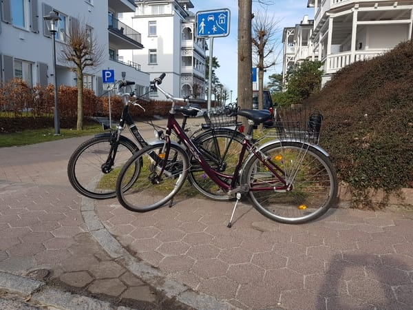 zwei zur Wohnung gehörende Fahrräder