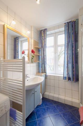 Duschbad mit Waschmaschine und Trockner
