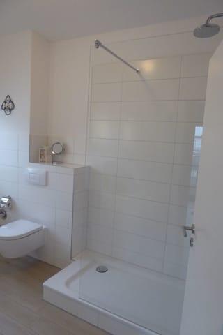 FW1, Bad mit großer Dusche - Fön - Waschmaschine