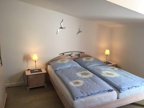 FW2, Schlafzimmer mit TV und Zugang zum Balkon
