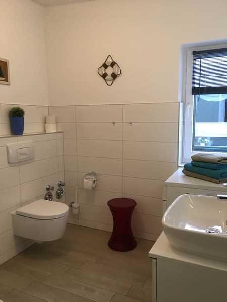 FW2, Bad mit großer Dusche - Fön - Waschmaschine