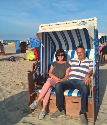 Wir sind ihre Gastgeber und dieser Strandkorb steht ihnen von Anfang Mai bis Ende September zur Verfügung