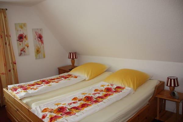 Schlafzimmer mit Doppelbett 2x2m, hochwertige Kaltschaummatratzen, TV
