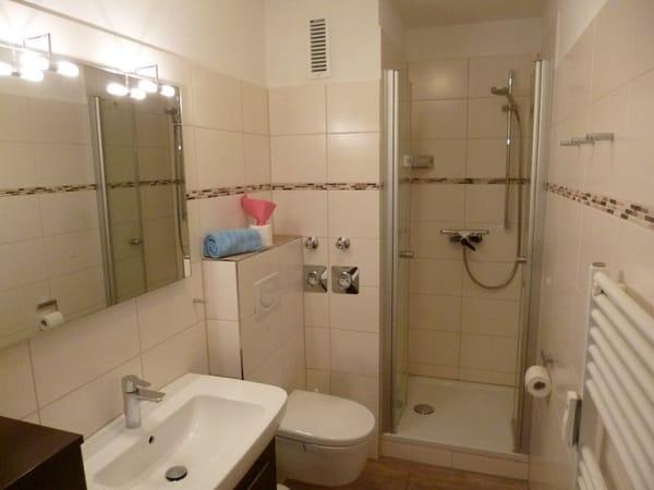neues Bad mit bequemem Duscheinstieg
